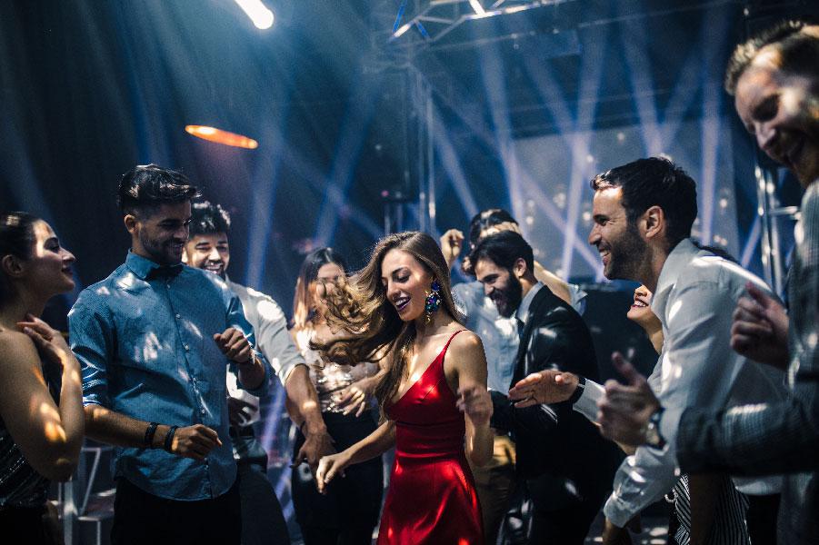 Amigos bailando en un discoteca