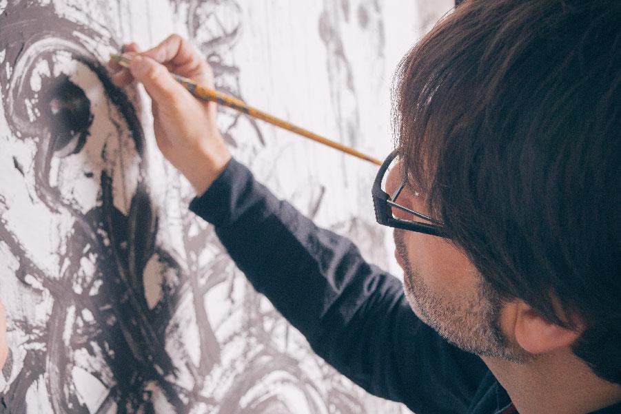 Un artista pintando