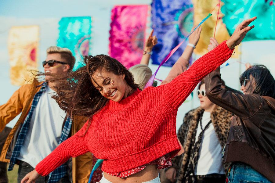 Gente bailando en la playa