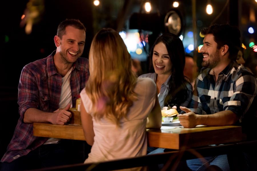 Un grupo de amigos en un bar