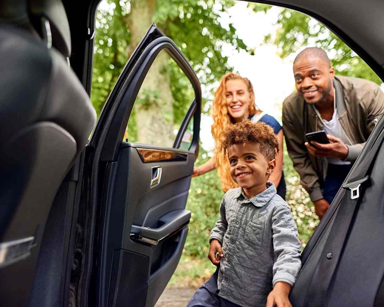 Een familie krijgt een Uber