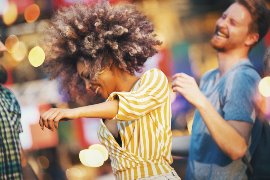 Gente bailando en un festival