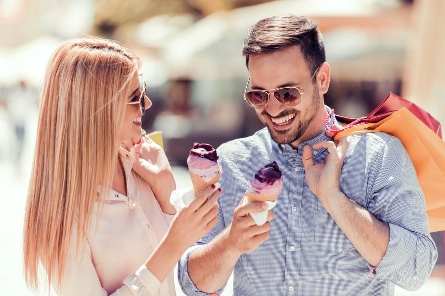 Una pareja comiendo sorbete
