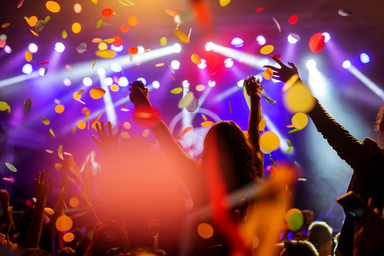 Multidão dançando em uma festa