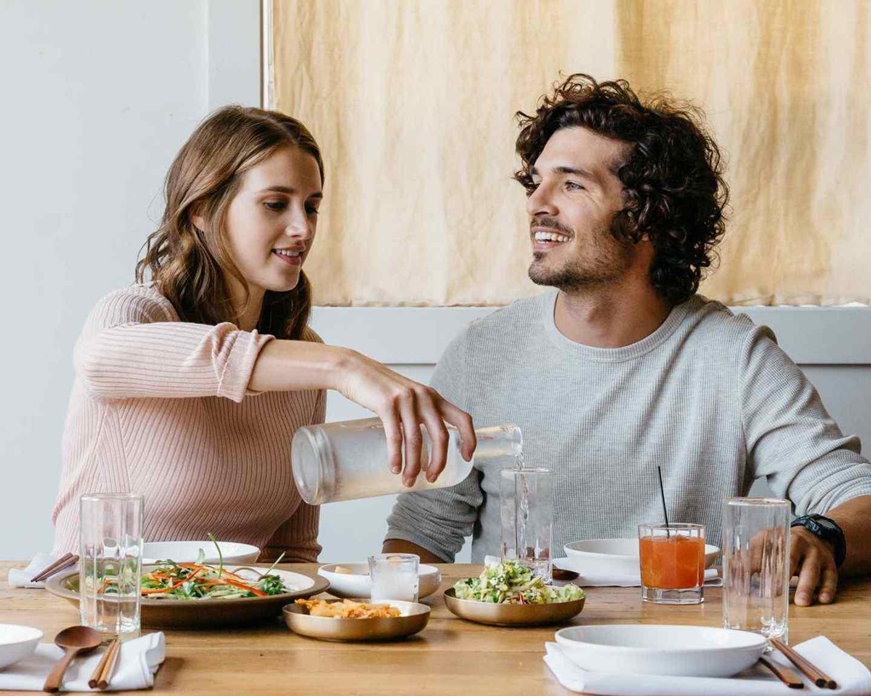 Koppel met een romantisch diner