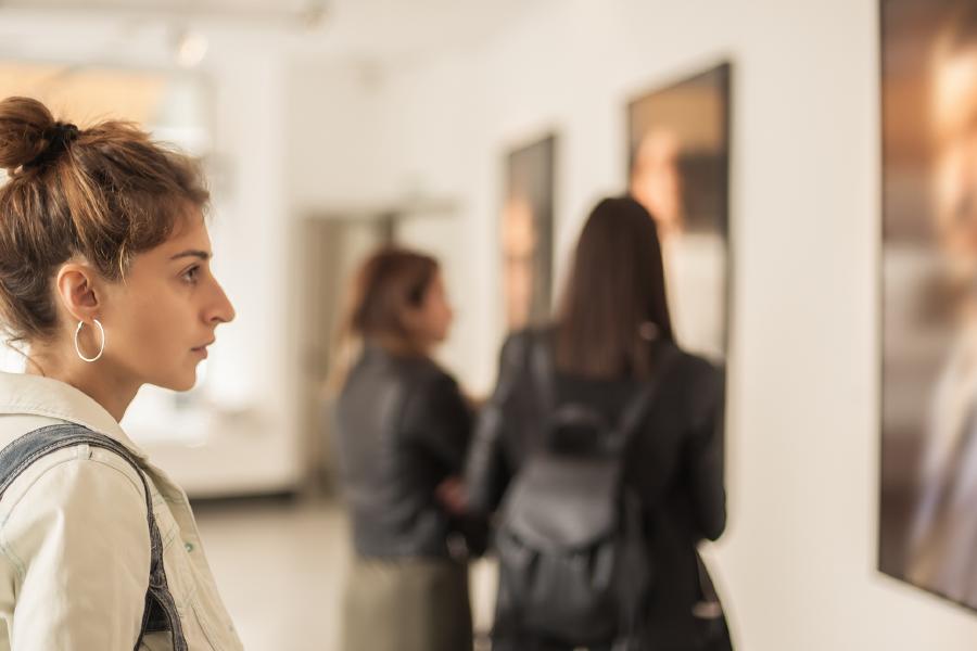 Una mujer en la Galeria de Arte Lalinchi