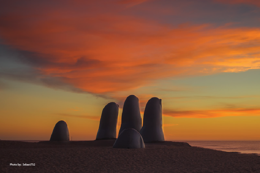 Los Dedos o el Monumento al ahogado al atardecer