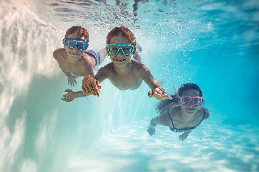 Niños nadando en la piscina