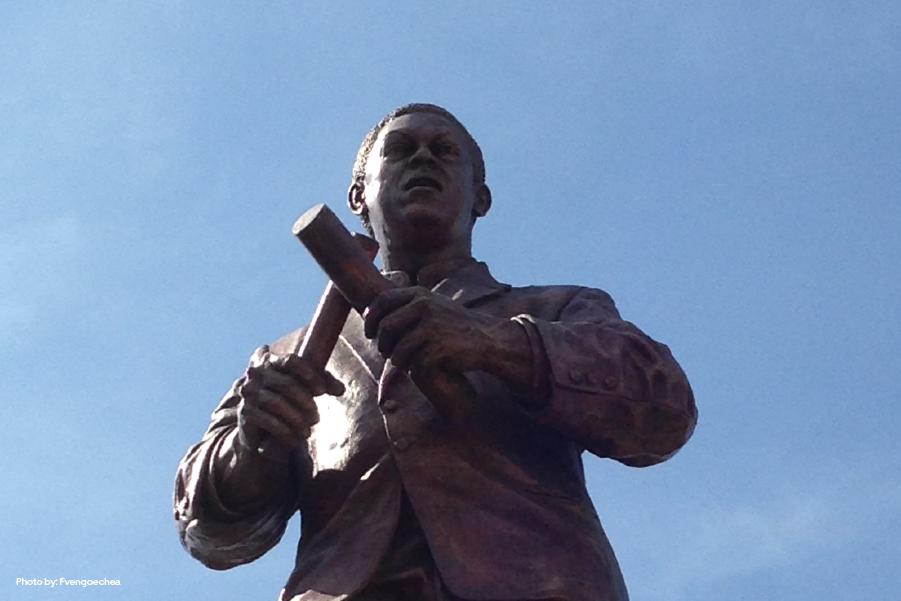 Fotografía en contrapicado de la estatua de Joe Arroyo