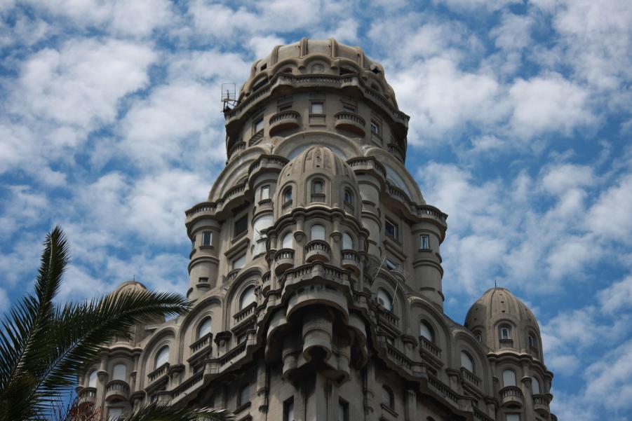 La fachada del Palacio Salvo en Montevideo