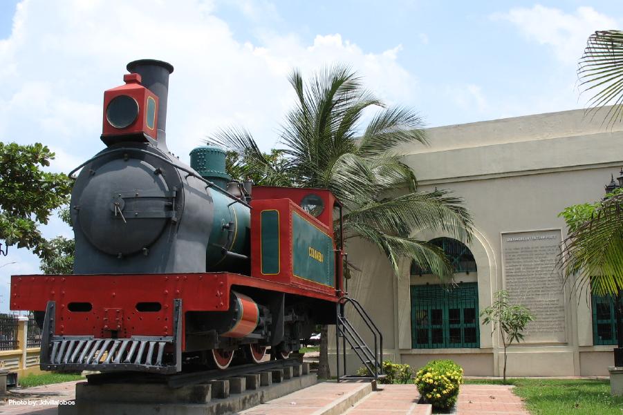 Monumento a la locomotora en la plaza del mismo nombre