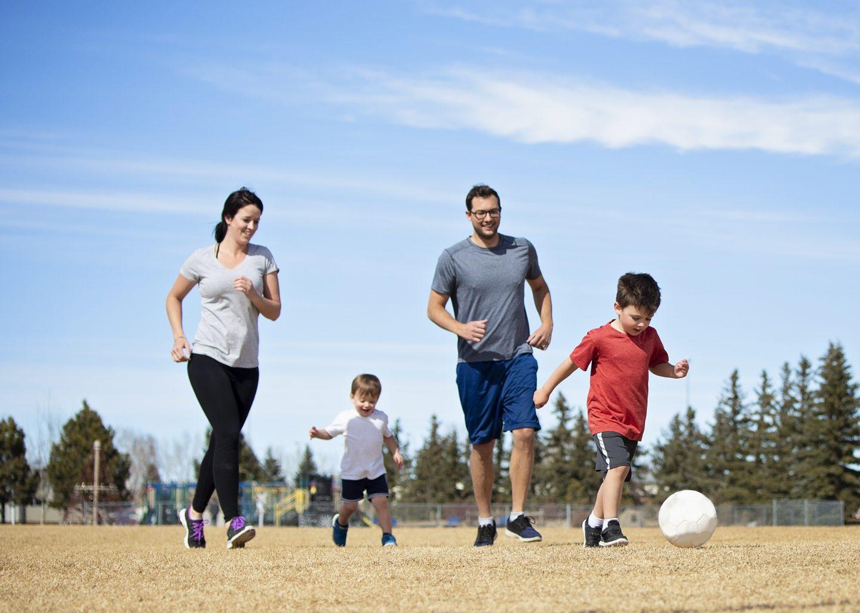 Una familia jugando fútbol