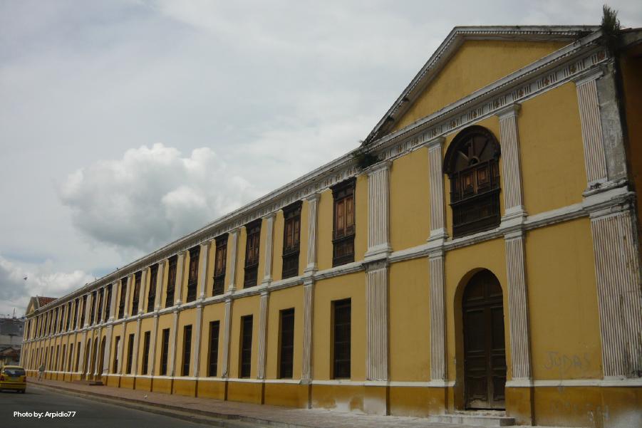 Fachada del Centro Cultural Oriente en un día nublado