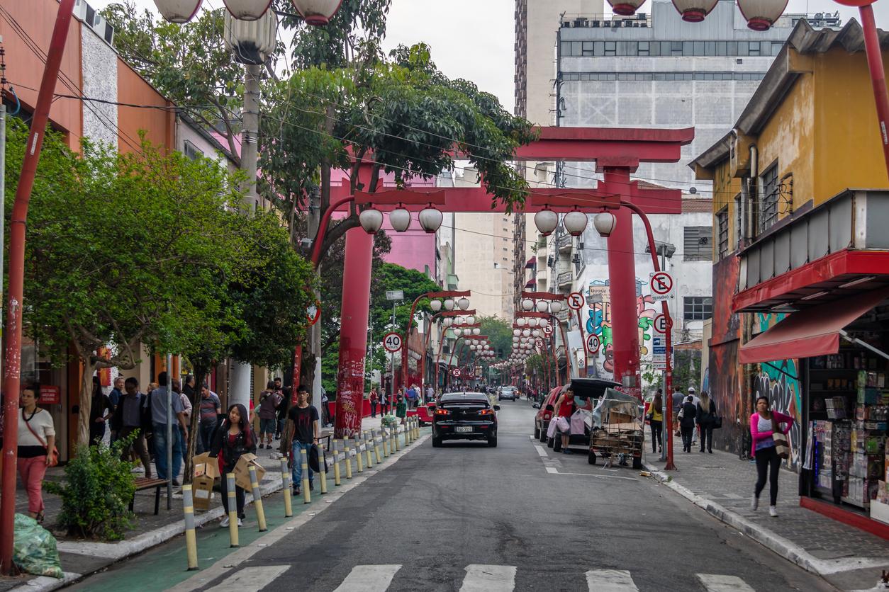 Pessoas andando no bairro da Liberdade, em São Paulo, Brasil