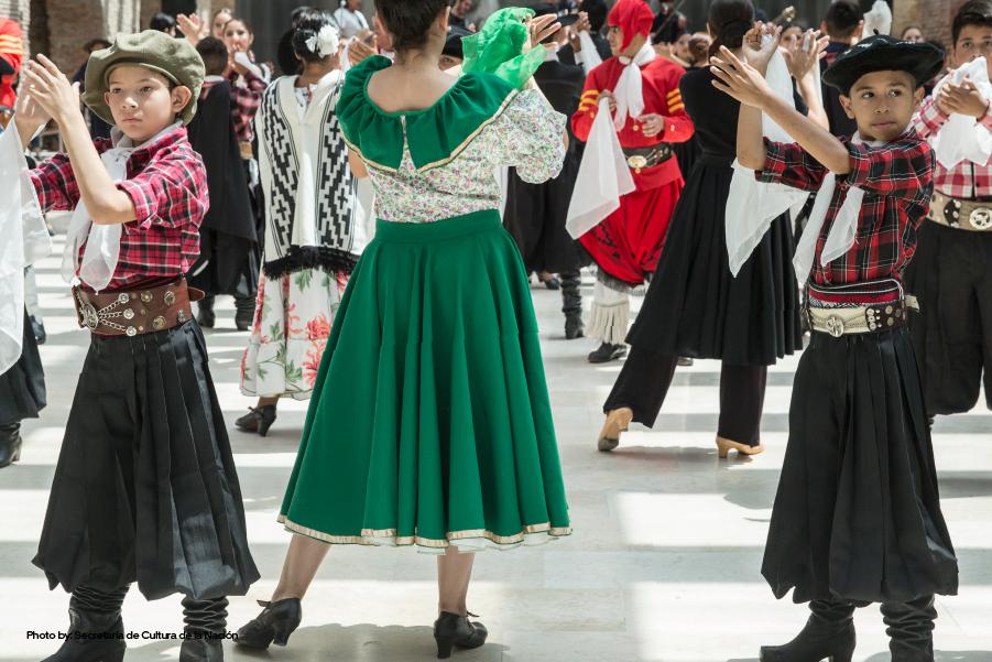 Gente bailando folklore argentino
