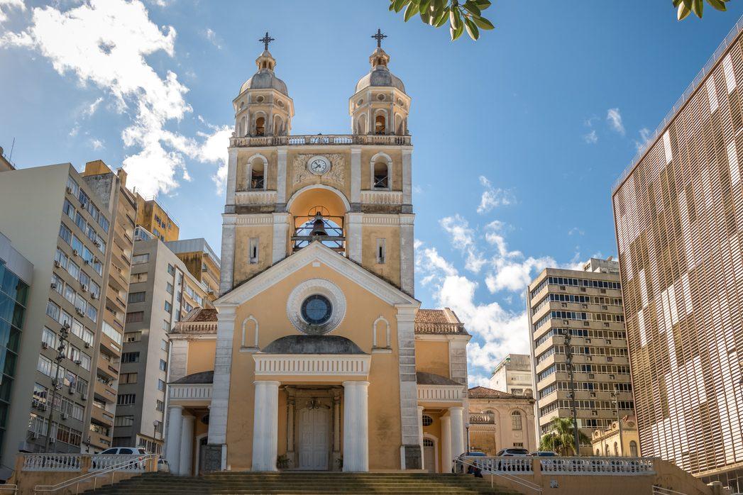 A Catedral Metropolitana, localizada dentro do centro histórico, em Florianópolis, Brasil.