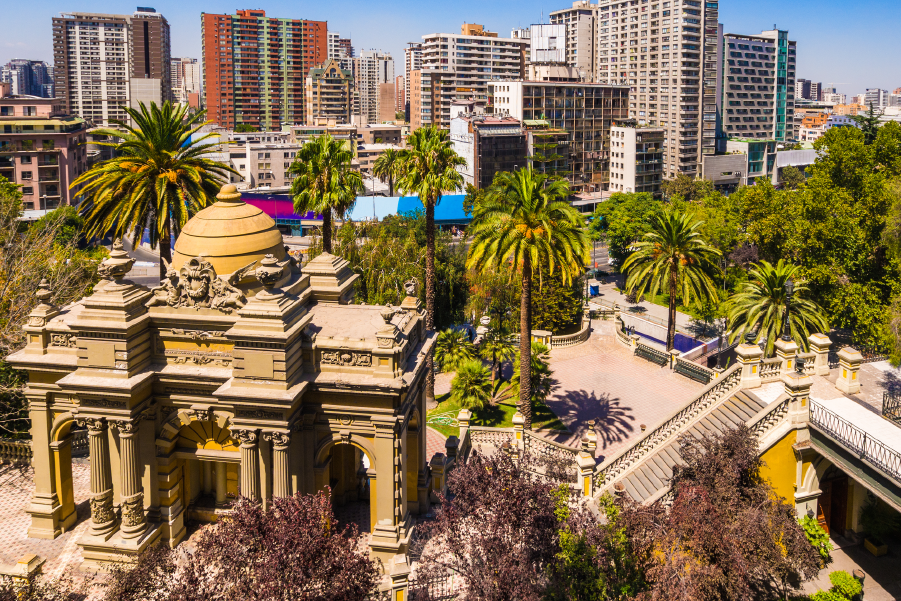 Vista desde lo alto del Cerro Santa Lucía, uno de los lugares históricos de Santiago