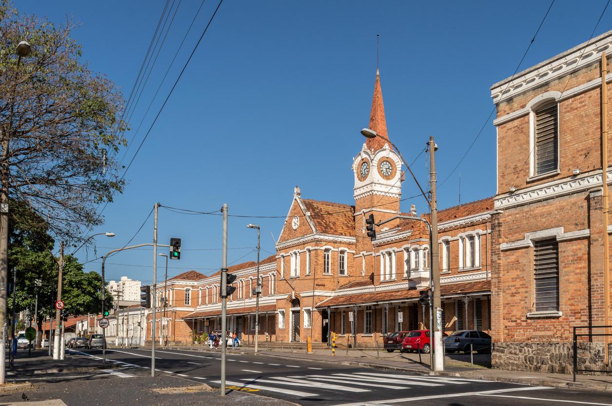 Fachada da antiga estação de trem, agora conhecida como Estação Cultura em Campinas