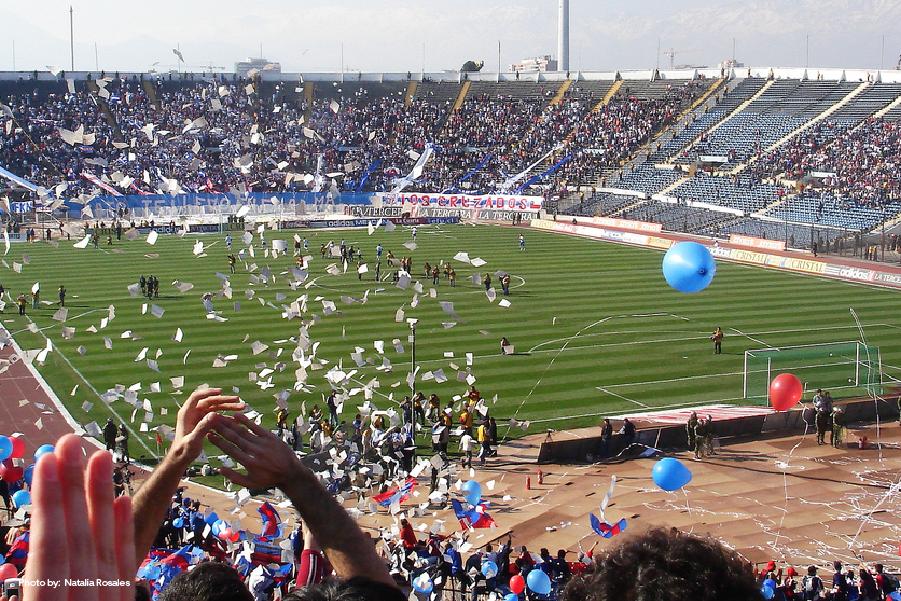 Celebración durante un partido de fútbol en el Estadio Nacional en Santiago