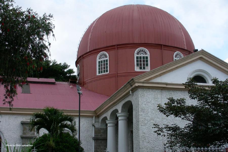 Fachada de la cúpula roja de la Catedral de Alajuela.