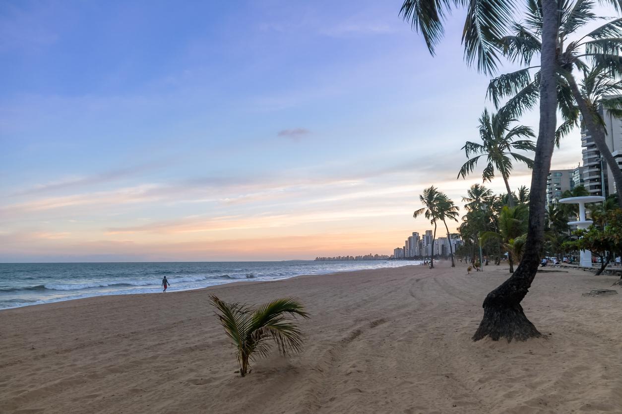 Vista do pôr do sol na praia da Boa Viagem, no Brasil