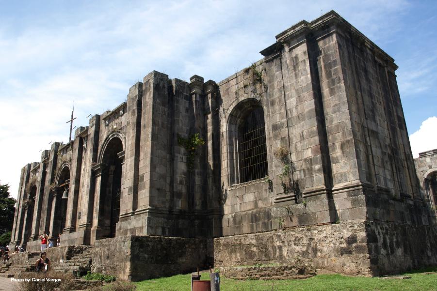 Fachada de la parroquia de las Ruinas de Cartago, Costa Rica