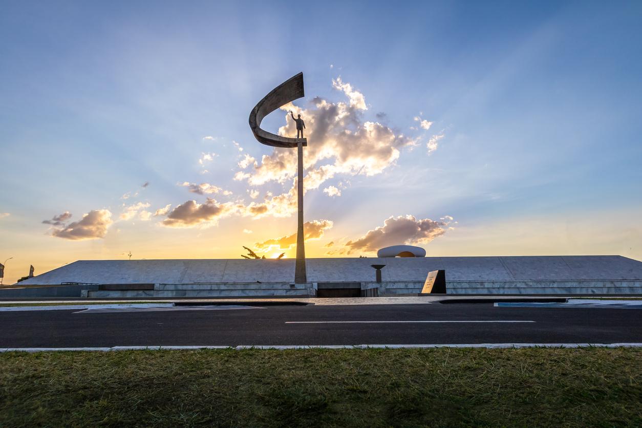 JK Memorial durante um pôr do sol em Brasília, Brasil.