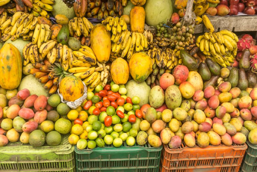 Mercado con variedades de frutas en Querétaro, México.