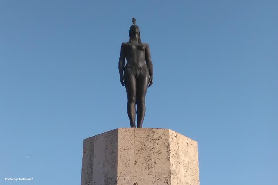Vista frontal del monumento a India Catalina