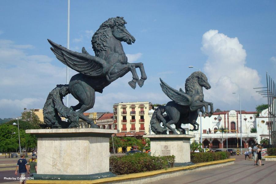Vista del las esculturas del muelle de los Pegasos