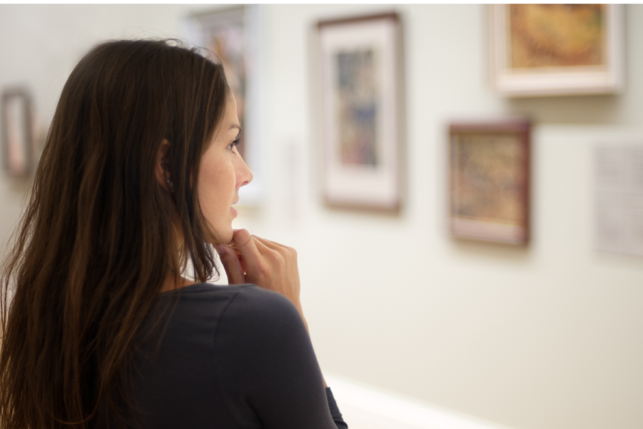 Mujer observando obras en un museo