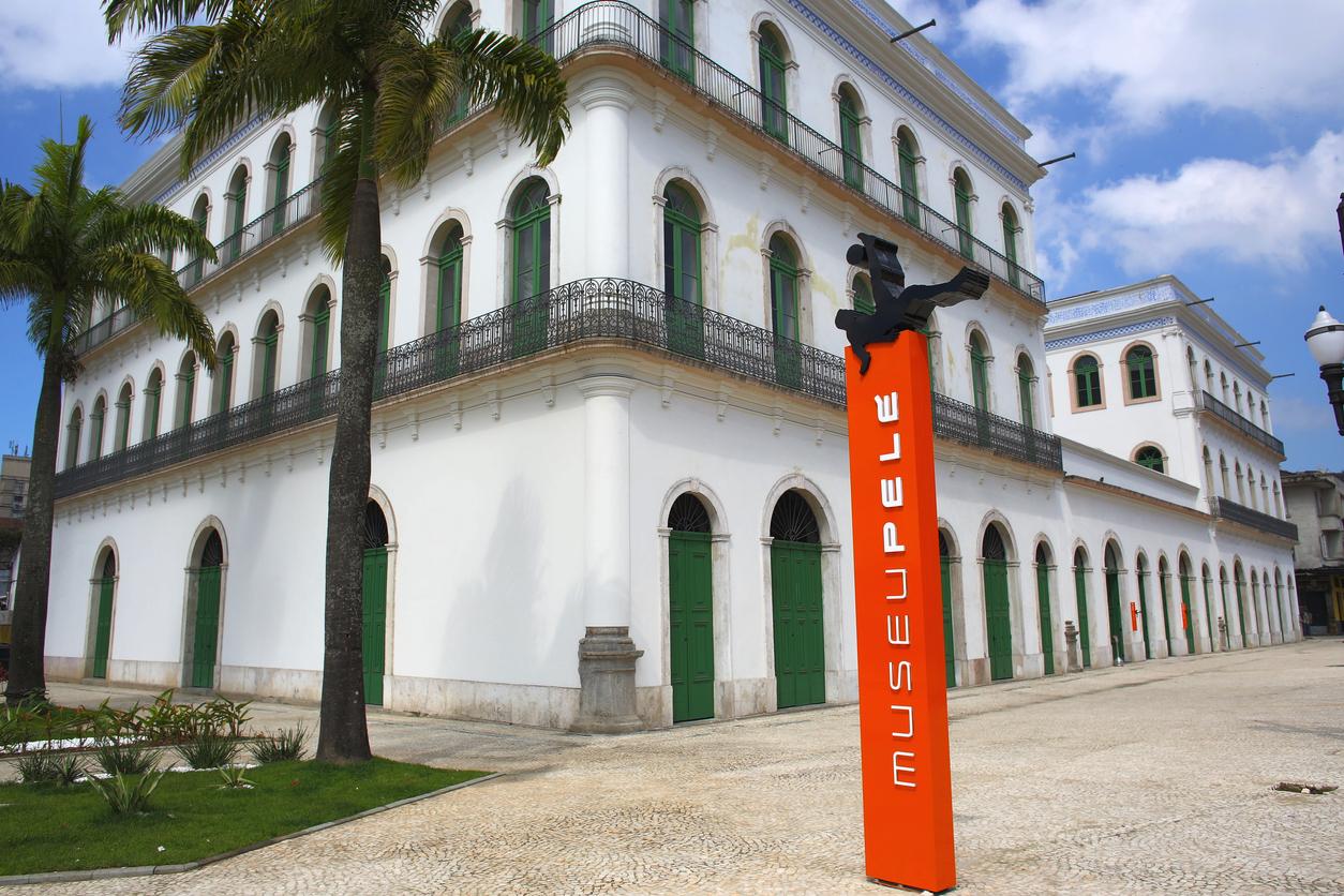 Fachada do Museu do Pelé, em Santos, Brasil.