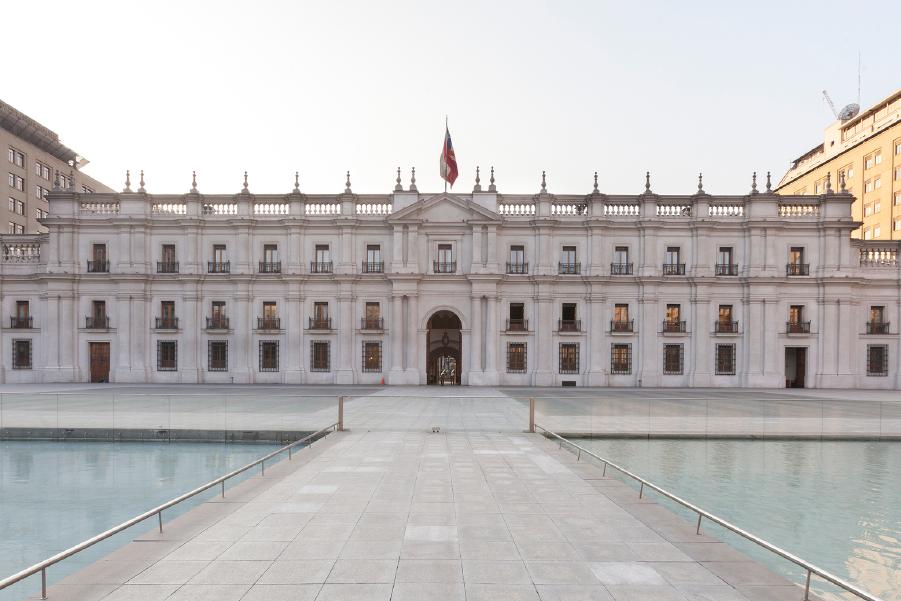 Vista frontal del Palacio de la Moneda, un monumento histórico de Santiago
