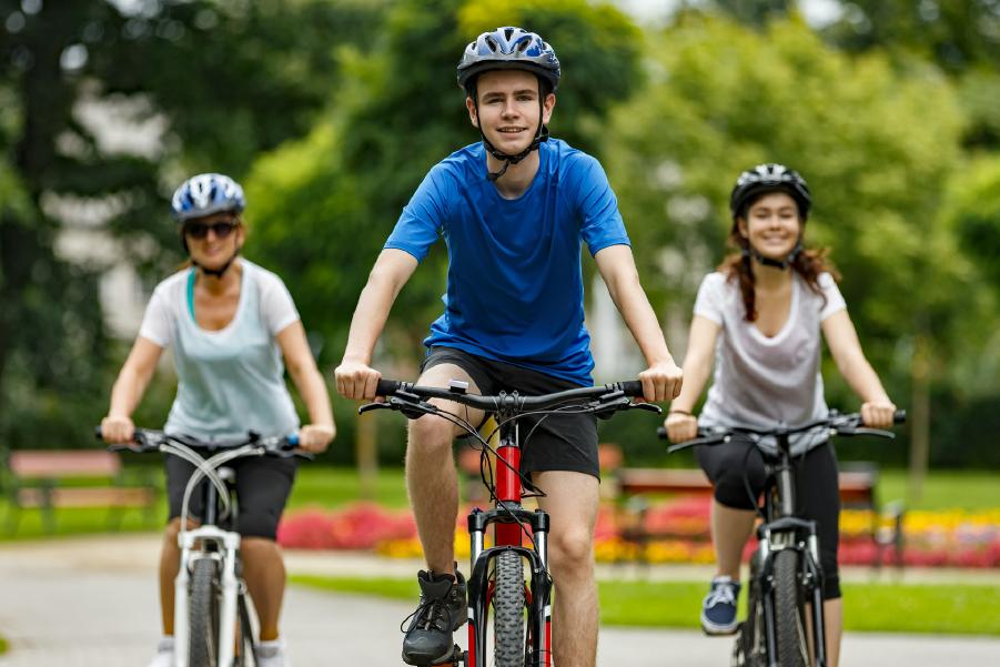 Tres personas paseando en bicicleta en un parque