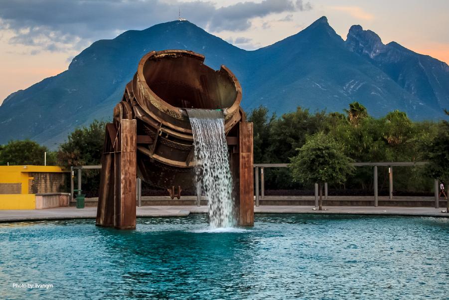 Fuente rodeada de un lindo paisaje en el parque Fundidora