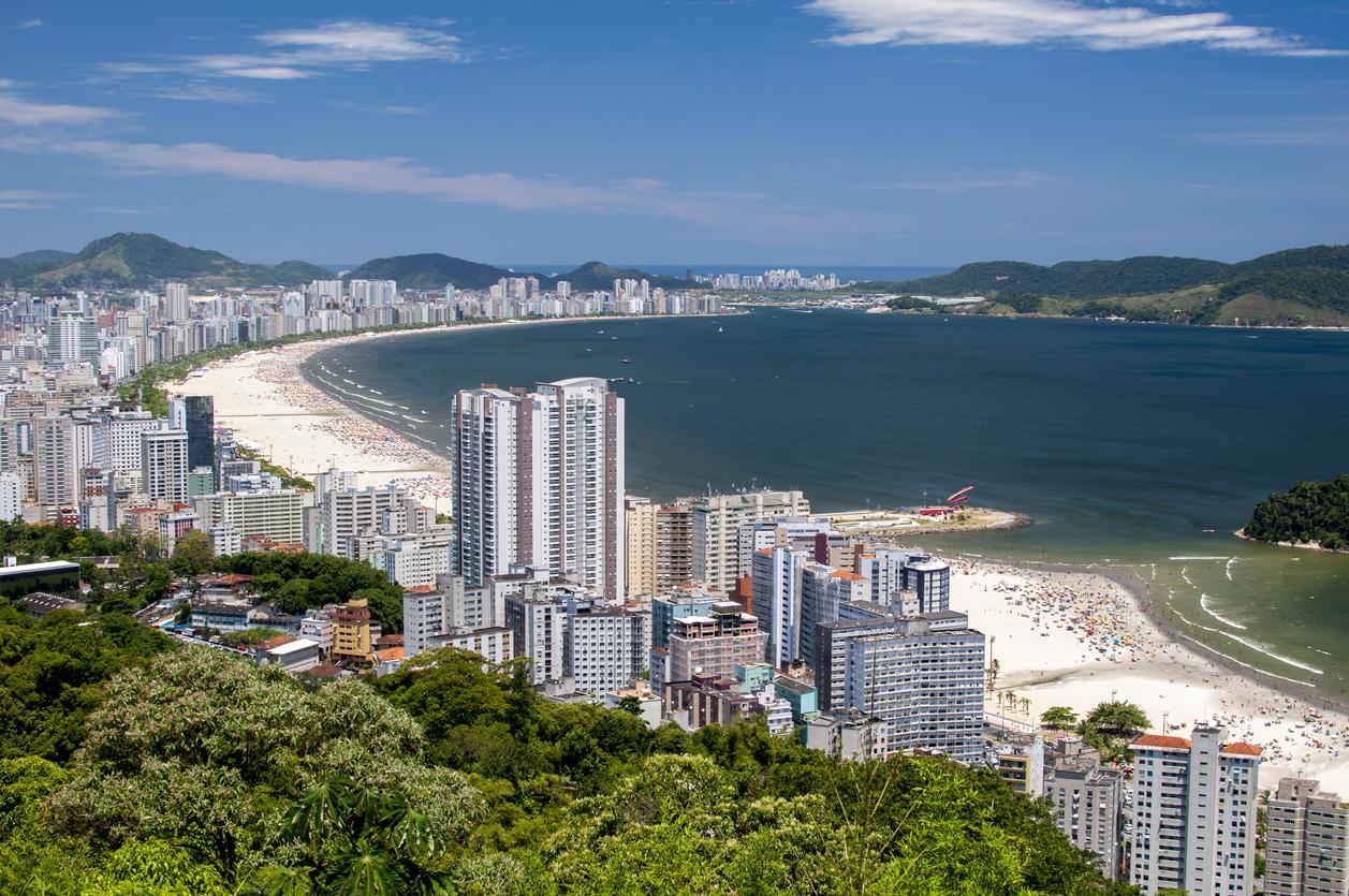 Vista aérea da costa de Santos, no Brasil.
