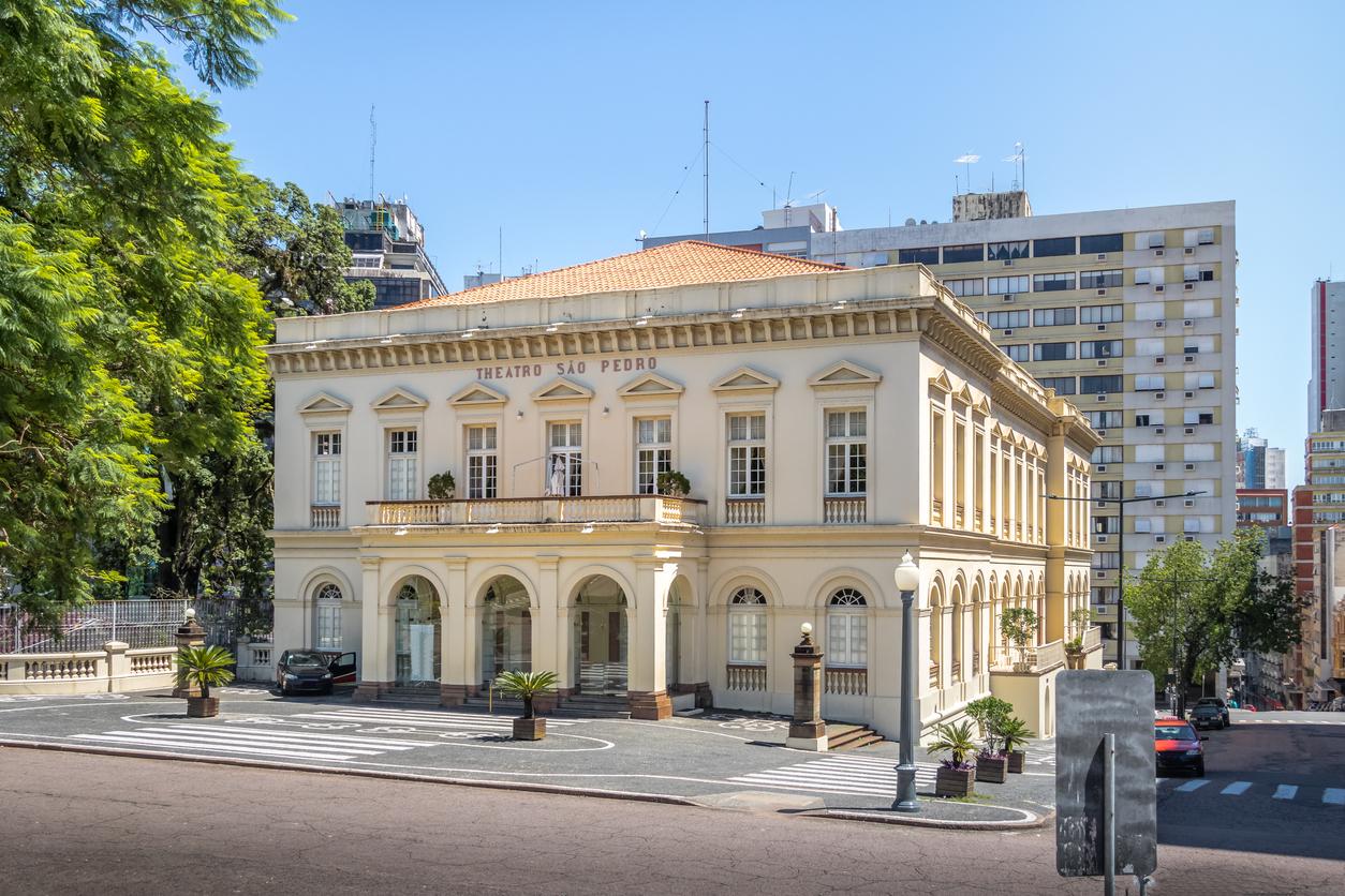 Vista exterior do Teatro São Pedro em Porto Alegre