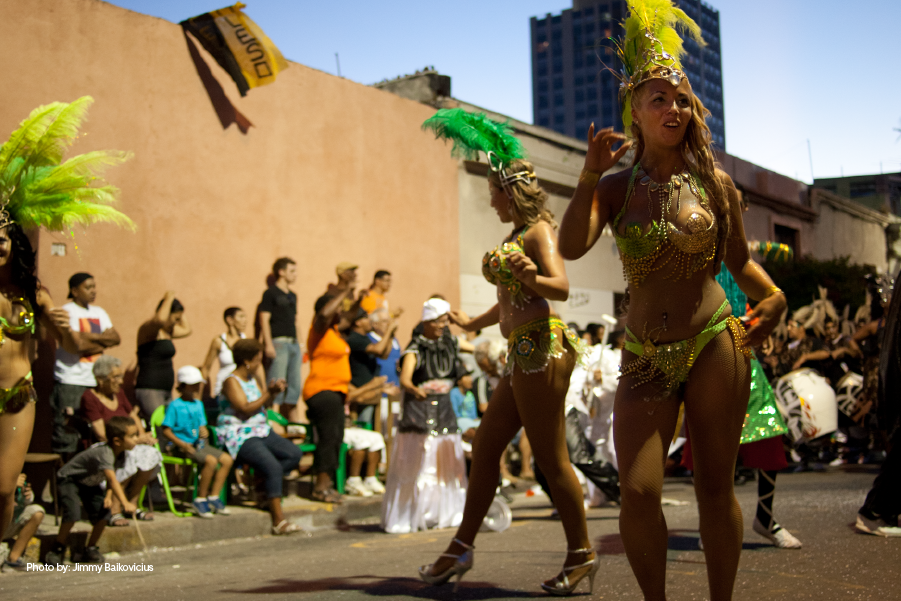 Personas disfrutando del Desfile de Llamadas en Uruguay.