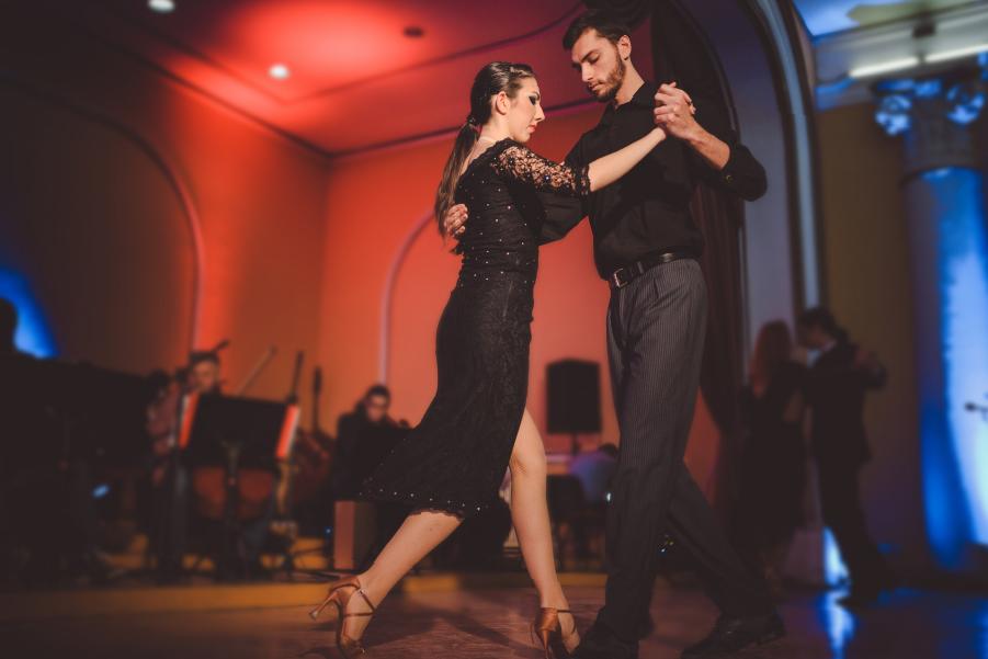 Pareja bailando en un festival de tango