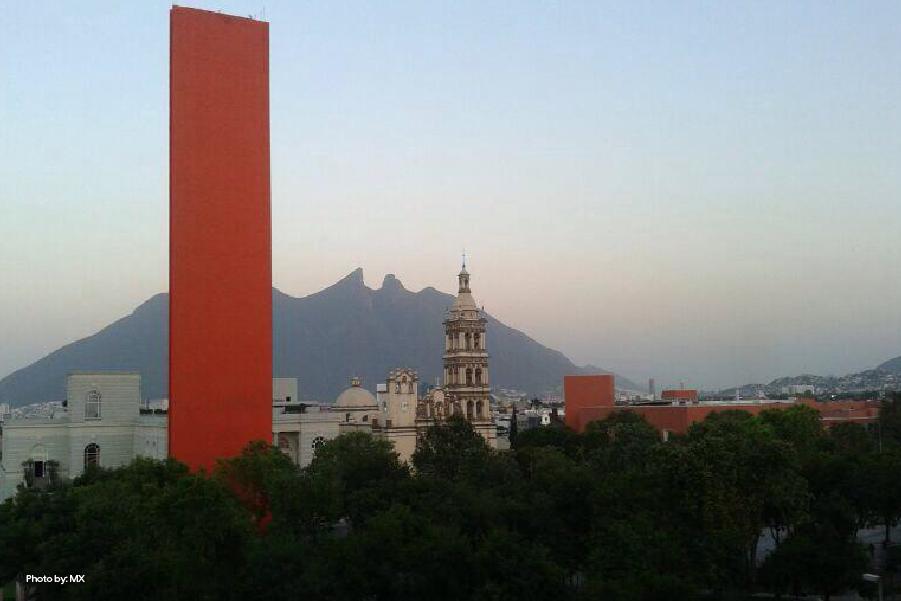 Vista del Faro de Comercio y el cerro de la Silla en Monterrey
