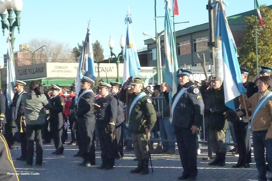 Personas sosteniendo la bandera nacional argentina