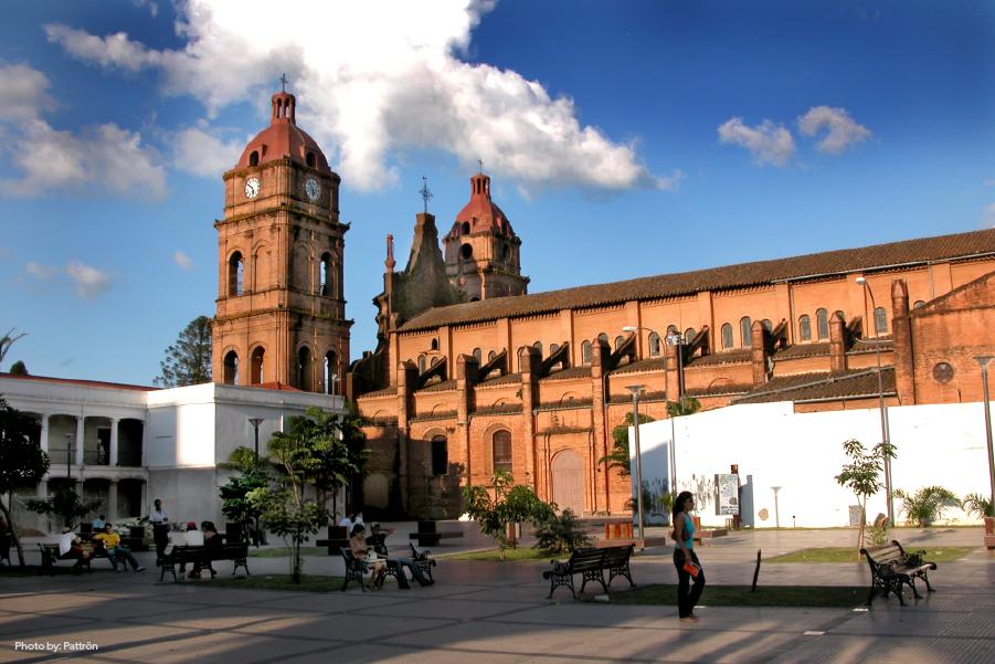 Vista frontal de un gran edificio en un día soleado