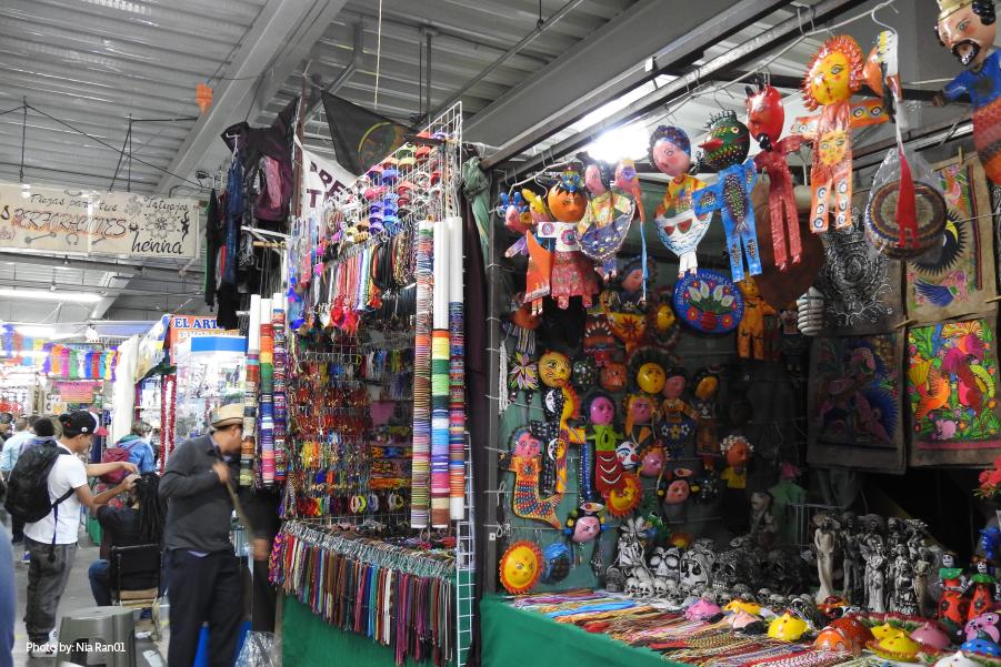 Puestos con coloridas artesanías en un mercado de la Ciudad de México