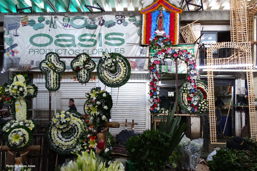 Arreglos y coronas florales en el Mercado de Jamaica, CDMX