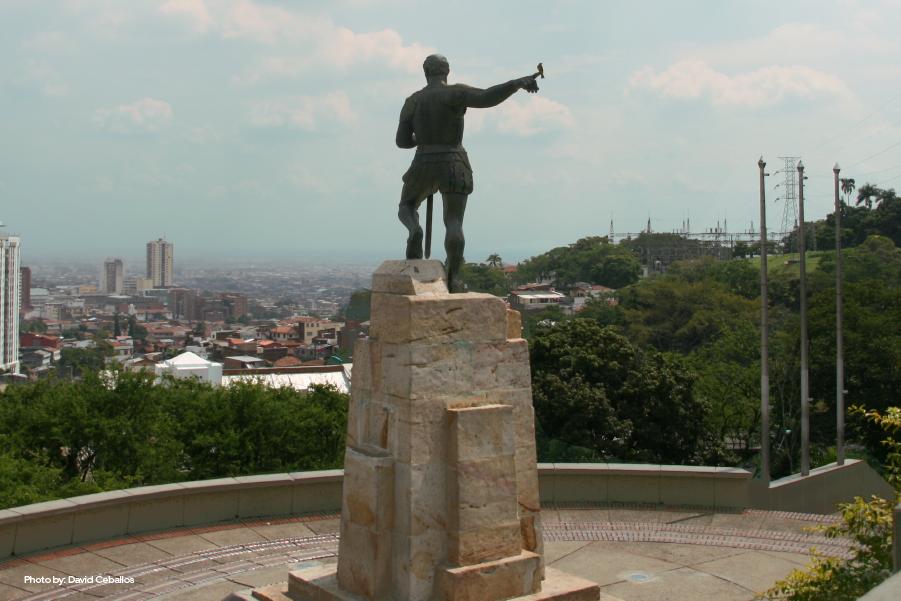 Vista posterior de la estatua a Sebastián de Belalcázar en el mirador que lleva su nombre