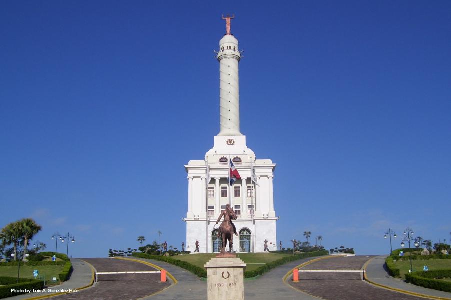Vista apaisada del Monumento a los Héroes de la Restauración, con su estatua en frente, en un día despejado