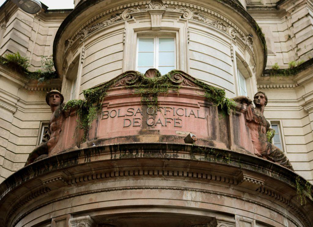 Detalhes da fachada do Museu do Café em Santos