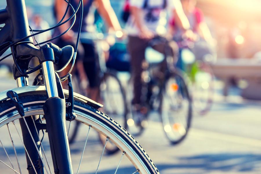 Varias bicicletas en la calle