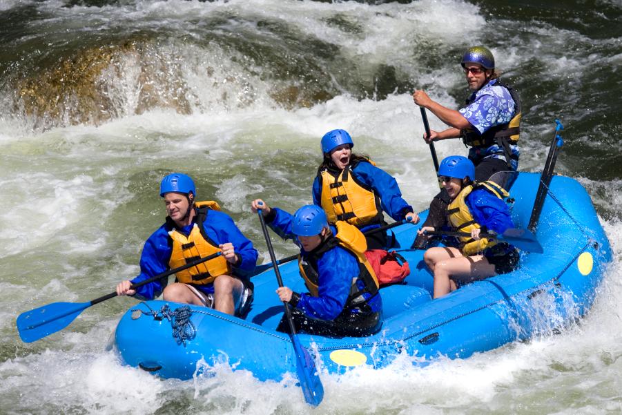 Personas practicando rafting