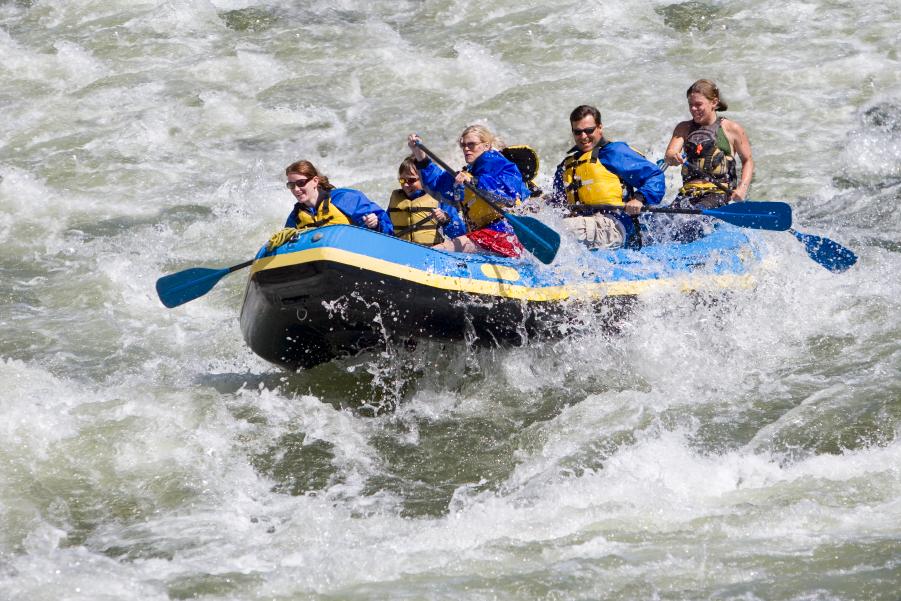 Varias personas practican rafting en el río Savegre, en Costa Rica.